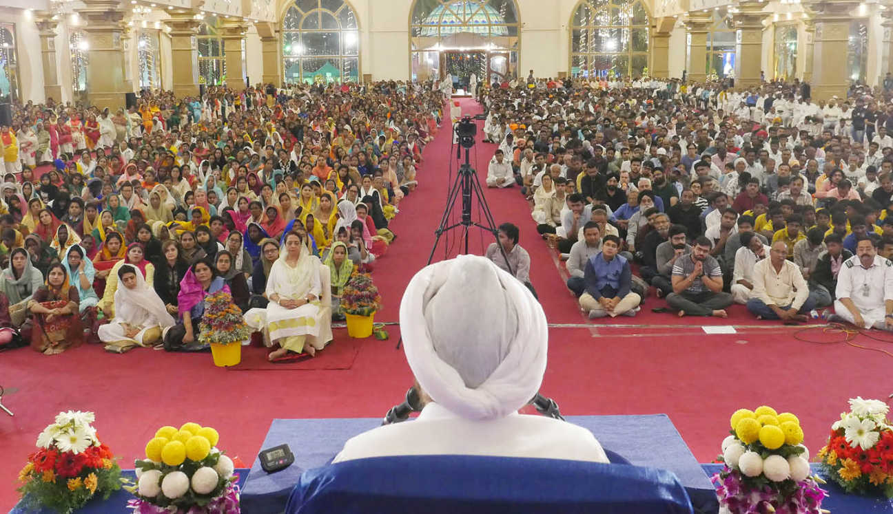 bengaluru-meditation-benefits-crowd